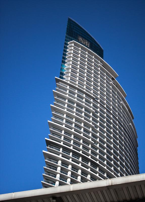 En cuanto arquitectura busca estructuras modernas y poco comunes