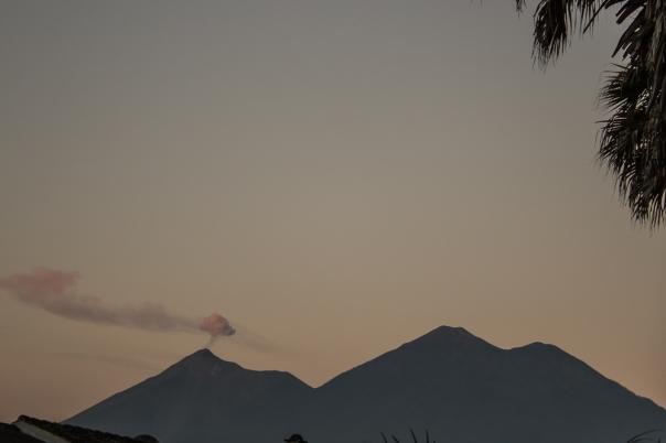 El primer rayito de sol para los volcanes de Fuego y Acatenango