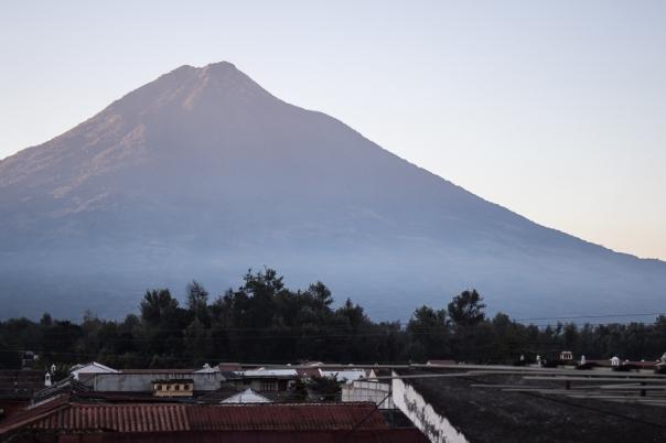 Y el volcán de Agua también recibe esta luz matutina